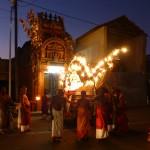 Les prêtres sortent le char du temple