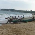 Tout le monde aide à la remontée du catamaran