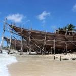 Chantier de bateau sur la plage de Pantai Timur