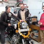 Anik donne les offrandes à Ganesh
