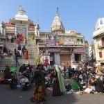 Mendiants devant le temple