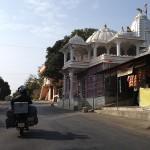 Devant un temple