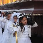 Filettes qui portent l'autel de la vierge