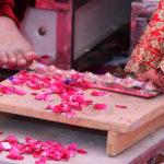 Grains de riz, tatouages et pétales de rose