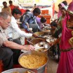Gil fait la distribution des repas