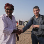 Bruno salue le chef du village de Modawa
