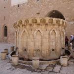 Dans la cour de la mosquée
