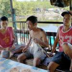 Les pêcheurs préparent les lignes