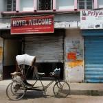 """Notre taxi devant l'hôtel """"rectum"""" officiellement """"Welcome"""" à Janakpur - Népal"""