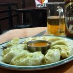 Momos (raviolis tibetains) et Everest beer à Kathmandu - Népal