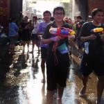 Les pistolets de la fête de l'eau (Sonkran) à Chan May - Thaïlande