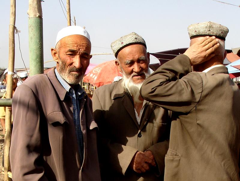 Entre hommes au marché aux bestiaux de Kashgar - Chine