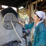 Notre hôte fabrique le pain pour la maisonnée