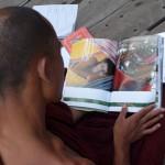 Ce moine de Mandalay découvre notre article sur l'Amazonie