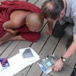 Gil présente la revue au monastère de Mandalay