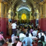 recueillement devant le grand bouddha d'or - Mandalay -