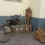 Vélo et balais birmans- Mandalay -
