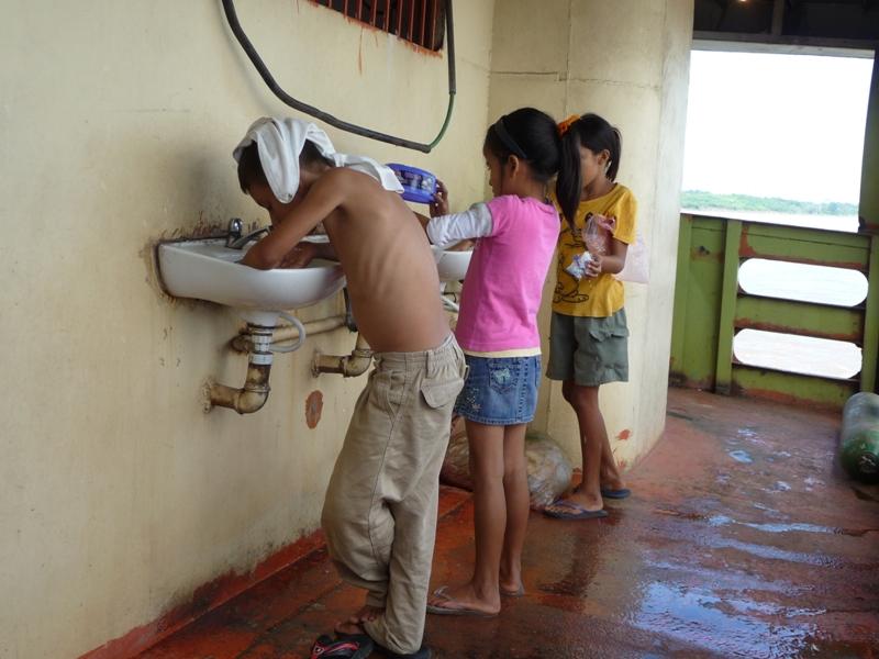le coin toilette et vaisselle