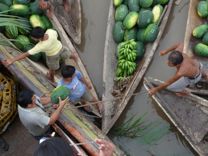 Embarquement de pastèques pour vendre à Iquitos
