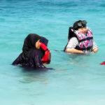 Ici on plonge avec le voile! plongée indonésiennes