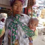 Maman et bébé maquillés au tanaka - Banmaw - Birmanie