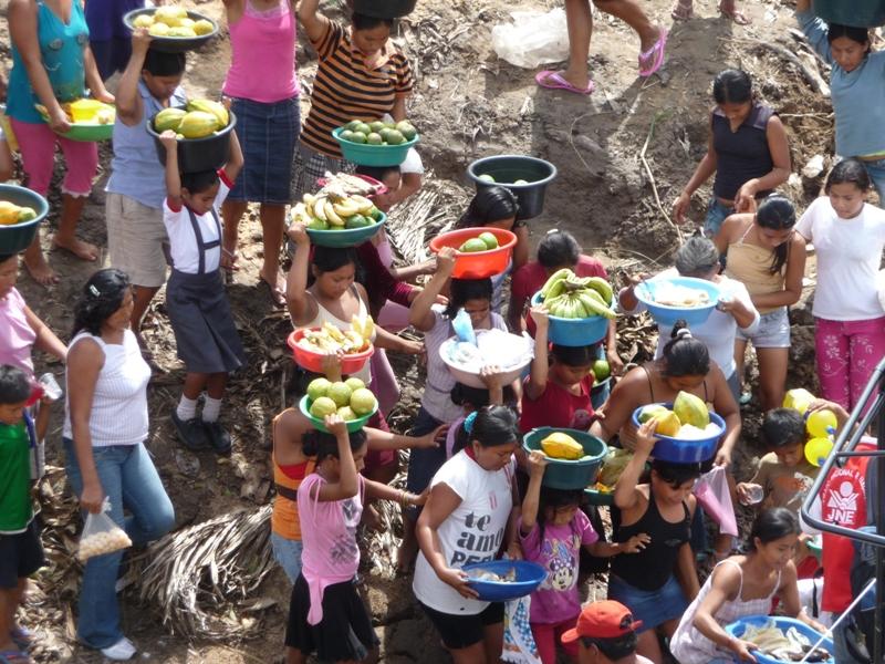 A chaque village les vendeurs montent nous proposer de la nourriture fraiche